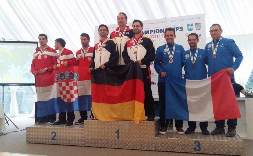 Feldarmbrust-Weltmeister Karl-Heinz Blumtritt mit seiner Mannschaft bei der Siegerehrung
